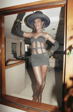 1989, Κάννες. Η Αμερικανίδα τραγουδίστρια και μοντέλο, Γκρέις Τζόουνς ποζάρει για τους φωτογράφους στον έναρξη του Φεστιβάλ Κινηματογράφου των Καννών.