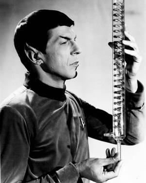 """1967. Ο ρόλος του τού αρέσει, αλλά το μακιγιάζ του είναι πολύ ενοχλητικό, λέει σε μια συνέντευξή του ο Λέονταρντ Νιμόι, ο περίφημος """"ντόκτορ Σποκ"""" της σειράς """"Star Trek"""", που προβάλλεται από το 1966 και κατακτά από την αρχή το κοινό."""