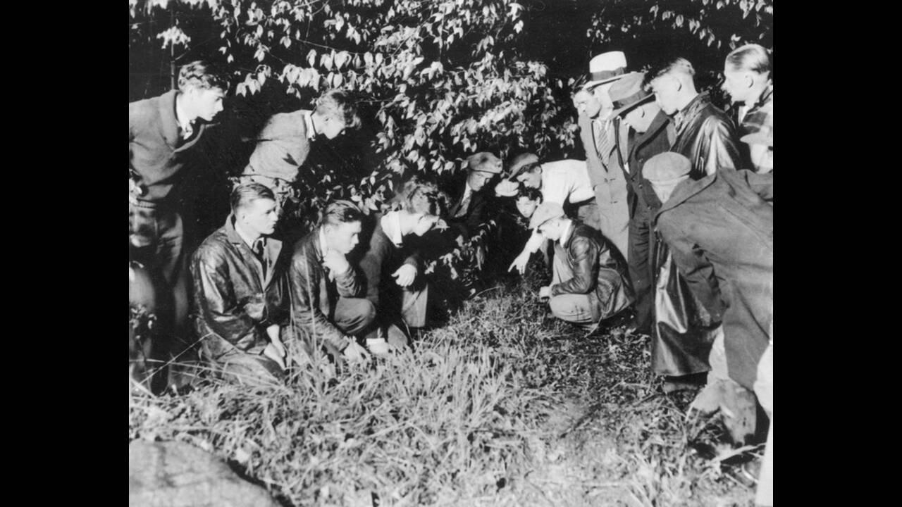 1932, Νιού Τζέρσεϊ. Δημοσιογράφοι έχουν μαζευτεί γύρω από το σημείο στο οποίο βρέθηκε νεκρό το 19 μηνών μωρό του ζεύγους Λίντμπεργκ. Το μωρό είχε απαχθεί την 1η Μαρτίου και βρέθηκε 6 χιλιόμετρα από το σπίτι του διάσημου αεροπόρου.