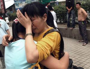 2008, Κίνα. Ο φονικός σεισμός που χτύπησε το Σιτσουάν της Κίνας, είχε ως συνέπεια να χάσουν τη ζωή τους εκατοντάδες άνθρωποι, ενώ 900 παιδιά είναι θαμμένα κάτω από τα ερείπια ενός σχολείου.