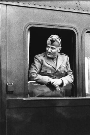 1943, Βερολίνο. Ο Μπενίτο Μουσολίνι αποχαιρετά τον Αδόλφο Χίτλερ, επιστρέφοντας στη Ρώμη μετά από τριήμερη επίσκεψη στο Βερολίνο.