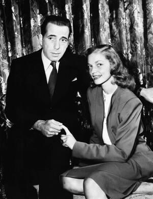 1945, Λος Άντζελες. Ο Χάμφρεϊ Μπόγκαρτ και η Λορίν Μπακόλ έχουν μόλις ανακοινώσει τους αρραβώνες τους.