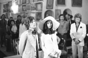 1971, Σεν Τροπέ, Γαλλία. Ο Μικ Τζάγκερ και η Μπιάνκα Πέρεζ παντρεύονται.
