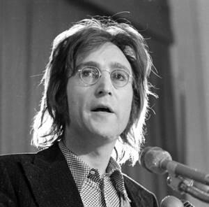 1972, Νέα Υόρκη. Ο Τζον Λένον στην ακρόαση για την απέλασή του από τις Ηνωμένες Πολιτείες. Ο τραγουδιστής έχει ζητήσει την αμερικανική υπηκοότητα, αλλά οι αρχές επιθυμούν να φύγει από τη χώρα.