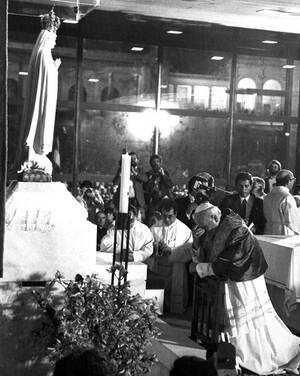 1982, Πορτογαλία. Ο πάπας Ιωάννης Παύλος Β' δέχεται επίθεση με μαχαίρι την ώρα που προσκυνάει το άγαλμα της Παναγίας της Φατίμα, στην Πορτογαλία. Ο ποντίφικας δεν τραυματίστηκε. Είχε έρθει στην Πορτογαλία για να ευχαριστήσει την Παναγία που επέζησε της δο