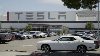 Έλον Μασκ: Ξανάνοιξε το εργοστάσιο της Tesla αψηφώντας το lockdown