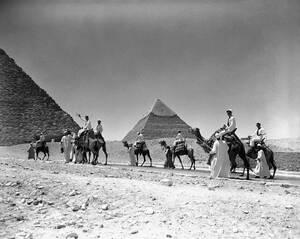 1947, Κάιρο.  Οι ανασκαφές συνεχίζονται στην περιοχή των μεγάλων Πυραμίδων, στη Γκίζα, 15 χιλιόμετρα από το Κάιρο, στις παρυφές της ερήμου.