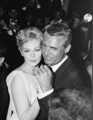 1959, Κάννες.  Η ηθοποιός Κιμ Νόβακ χορεύει με τον Κάρι Γκραντ, μετά την προβολή της ταινίας Middle of the Night στην οποία πρωταγωνιστεί εκείνη.