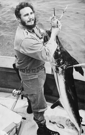 1960, Αβάνα.  Ο Πρωθυπουργός της Κούβας, Φιντέλ Κάστρο χαμογελάει με την ψαριά του στο χέρι. Ο Κάστρο ήλθε δεύτερος στον ετήσιο διαγωνισμό ψαρέματος που γίνεται στην Κούβα προς τιμήν του Ερνστ Χέμινγουέι.