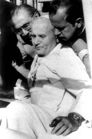 1981, Βατικανό.  Ο Πάπας Ιωάννης Παύλος ο Β' μεταφέρεται από το γραμματέα του, Στνίσλαβ Ντζίβιτζ, μετά τον πυροβολισμό που δέχτηκε από τον Μεχμέτ Αλί Αχτσά.