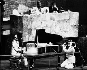 1985, Ηνωμένα Έθνη.  Ο Στίβι Γουόντερ παίζει πιάνο και τραγουδάει στη γενική συνέλευση των Ηνωμένων Εθνών, η οποία τον τιμά για την προσφορά του στον αγώνα κατά του Απαρτχάιντ.