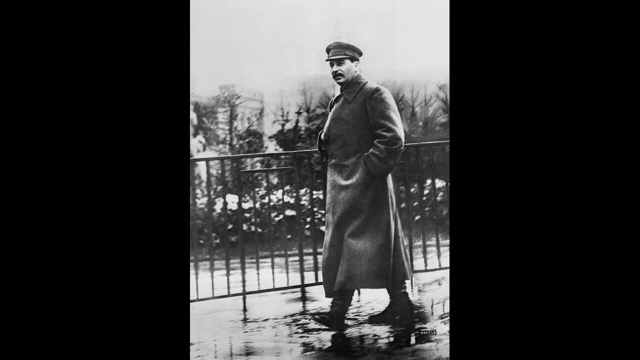 1932, Μόσχα.  Ο Ιωσήφ Στάλιν κάνει βόλτα στην Κόκκινη Πλατεία.