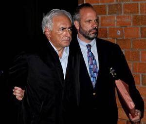 2011, Νέα Υόρκη.  Ο επικεφαλής του Διεθνούς Νομισματικού Ταμείου, Ντομινίκ Στρος-Καν, βγαίνει από το αστυνομικό τμήμα στη Νέα Υόρκη. Ο Στρος-Καν, κατηγορείται για επίθεση εναντίον μιας καμαριέρας στο ξενοδοχείο στο οποίο διέμενε στη Νέα Υόρκη. οι αρχές τ