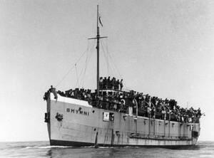 """1946, ανοιχτά της Χάιφα.  Το ελληνικό πλοίο """"Σμύρνη"""", φορτωμένο με 1.750 παράνομους μετανάστες από τη Ρουμανία, βρίσκεται 20 μίλια ανοιχτά της Χάιφα, στην Παλαιστίνη. Το βρετανικό καταδρομικό H.M.S. Jervis σταμάτησε το """"Σπύρνη"""" πριν προλάβει να αποβιβάσε"""