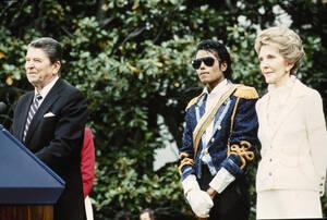 1984, Ουάσινγκτον.  Ο Μάικλ Τζάκσον στο Λευκό Οίκο με τον Ρόναλντ και τη Νάνσυ Ρέιγκαν, κατά τη διάρκεια τελετής βράβευσής του για τη συμμετοχή του στην εθνική καμπάνια κατά της οδήγησς υπό την επήρεια αλκοόλ.