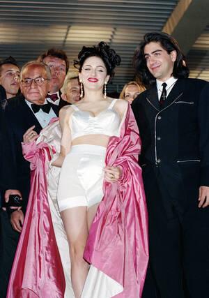 """1991, Κάννες.  Η Αμερικανίδα τραγουδίστρια και ηθοποιός Μαντόνα φεύγει από την προβολή της ταινίας """"Στο κρεββάτι με τη Μαντόνα"""" στο 44ο φεστιβάλ Κινηματογράφου των Καννών."""