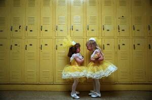 1992, Πενσιλβάνια. Η Τζένιφερ Ντόραν (αριστερά και η Μισέλ Σίλερ, είναι δύο τετράχρονες που κουβεντιάζουν στο διάδρομο του Νηπιαγωγείου τους λίγο πριν βγουν για τη σχολική τους παράσταση.
