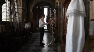 Η βόλτα Μητσοτάκη στην εμπορική «καρδιά» της Αθήνας και το κερί στην Καπνικαρέα