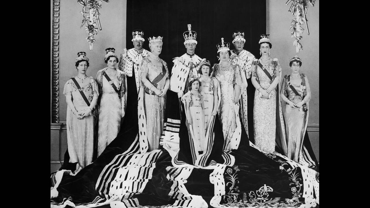 1937, Λονδίνο.  Η ενθρόνιση του βασιλιά Γεώργιου του 6ου. Για την παραδοσιακή φωτογραφία έχουν συγκεντρωθεί τα μέλη της βασιλικής οικογένειας. Διακρίνονται στην μπροστά σειρά οι πριγκίπισσες Μαργαρίτα και Ελισάβετ.