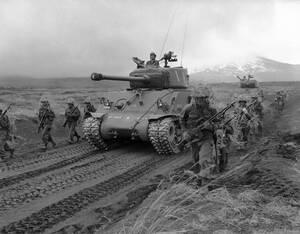 1957, Ιαπωνία.  Η Ιαπωνία δεν είναι πια εχθρός, αλλά σύμμαχος. Αυτό είναι προφανές και από τα αμερικανικά τανκς, αλλά και τις στολές που χρησιμοποιεί ο ιαπωνικός στρατός στις ασκήσεις του, λίγο έξω από το Τόκιο.