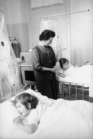 1965, Τορίνο.  Η Τζουζεπίνα μπροστά και η Σαντίνα Φόλια στο βάθος, είναι δύο σιαμαία δίδυμα που χωρίστηκαν με μια επέμβαση που κράτησε πέντε ώρες, στο Τορίνο της Ιταλίας.