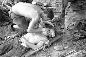 1969, Σαϊγκόν.  Ένας γιατρός προσφέρει τσιγάρο σε έναν βαριά τραυματισμένο Αμερικανό πεζοναύτη, μετά από ενέδρα των Βιετκόνγκ, λίγο έξω από τη Σαϊγκόν.