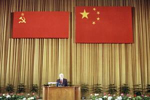 1989, Πεκίνο.  Ο Σοβιετικός Πρόεδρος Μιχαήλ Γκορμπατσόφ, κάτω από μια σημαία της Σοβιετικής Ένωσης και μια της Λαϊκής Δημοκρατίας της Κίνας -σε δυσανάλογα μεγέθη- κατά τη διάρκεια επίσκεψής του στο Πεκίνο.