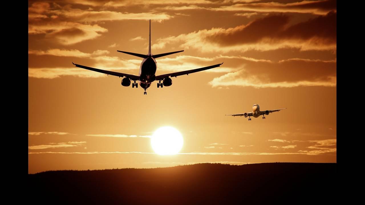 https://cdn.cnngreece.gr/media/news/2020/05/15/219432/photos/snapshot/aircraft-513641_1920.jpg