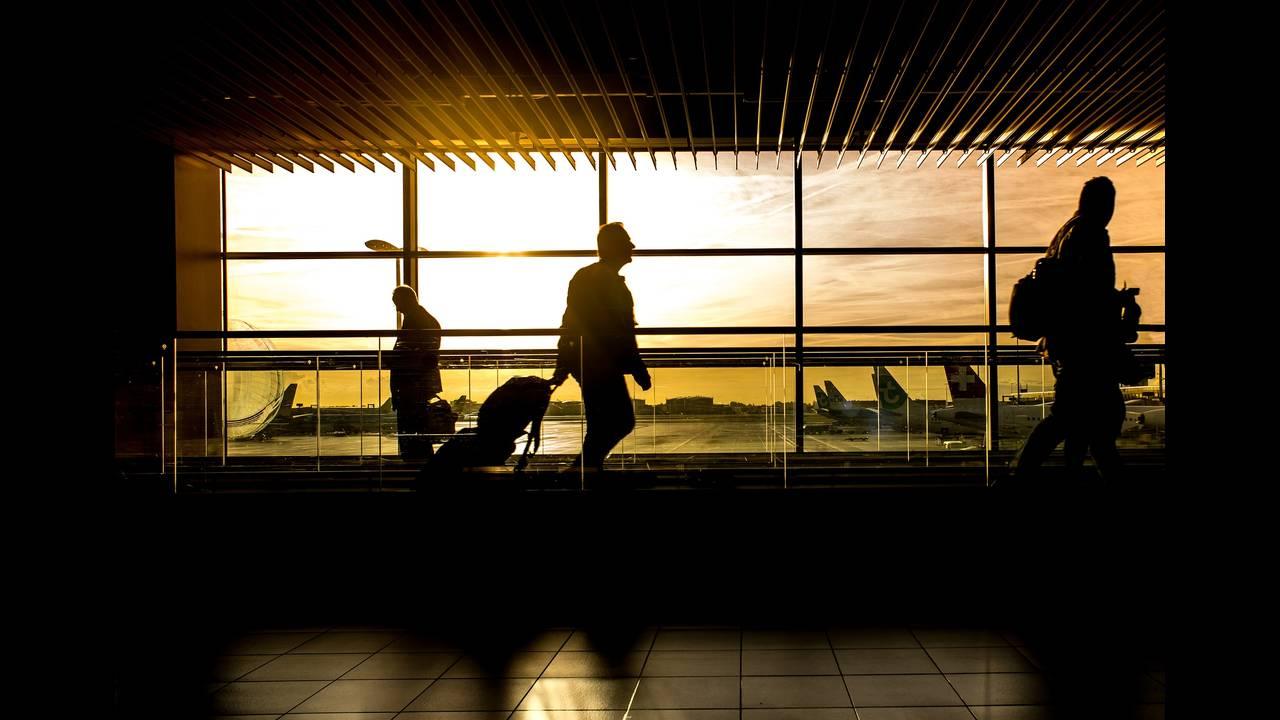 https://cdn.cnngreece.gr/media/news/2020/05/15/219432/photos/snapshot/airport-1822133_1920.jpg