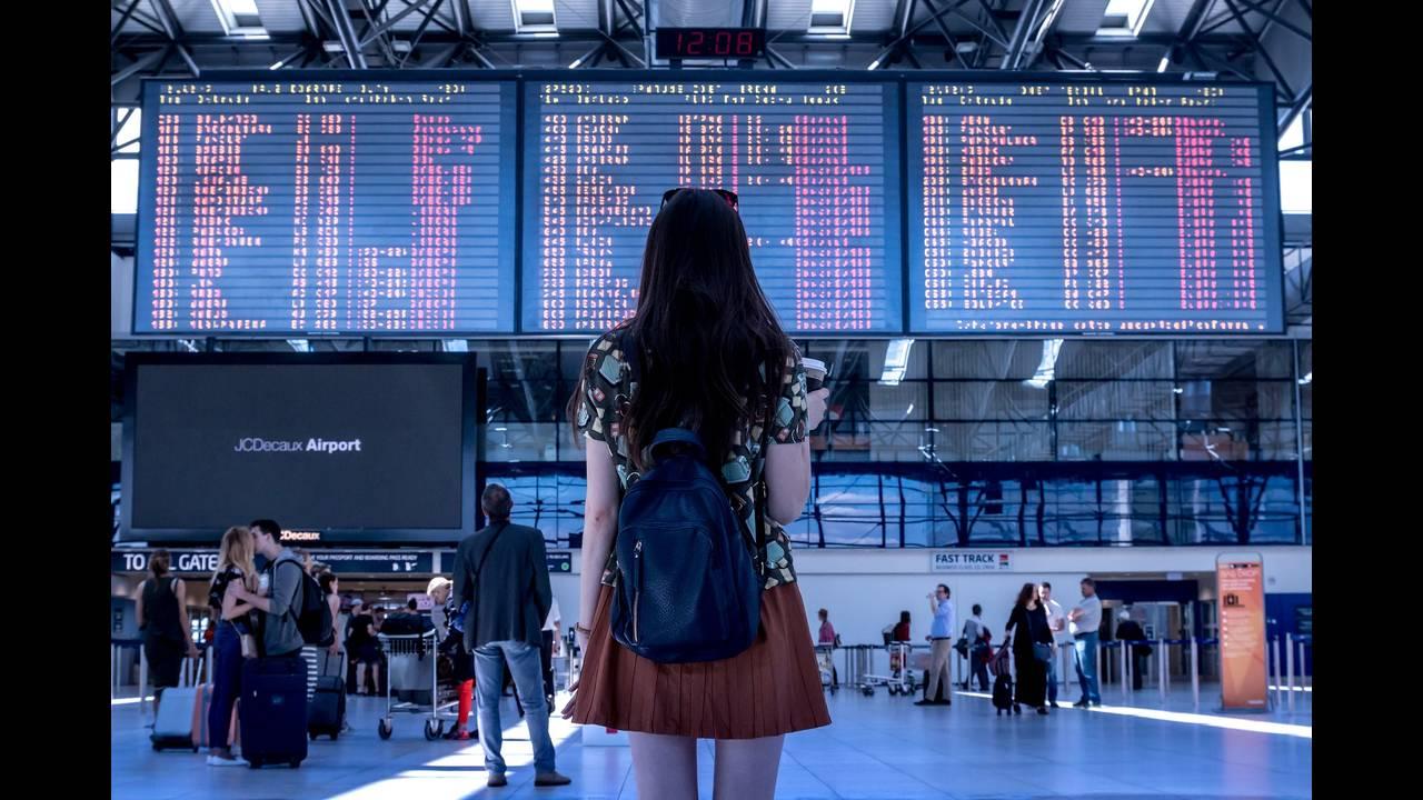 https://cdn.cnngreece.gr/media/news/2020/05/15/219432/photos/snapshot/airport-2373727_1920.jpg