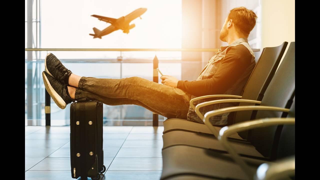 https://cdn.cnngreece.gr/media/news/2020/05/15/219432/photos/snapshot/airport-3511342_1920.jpg