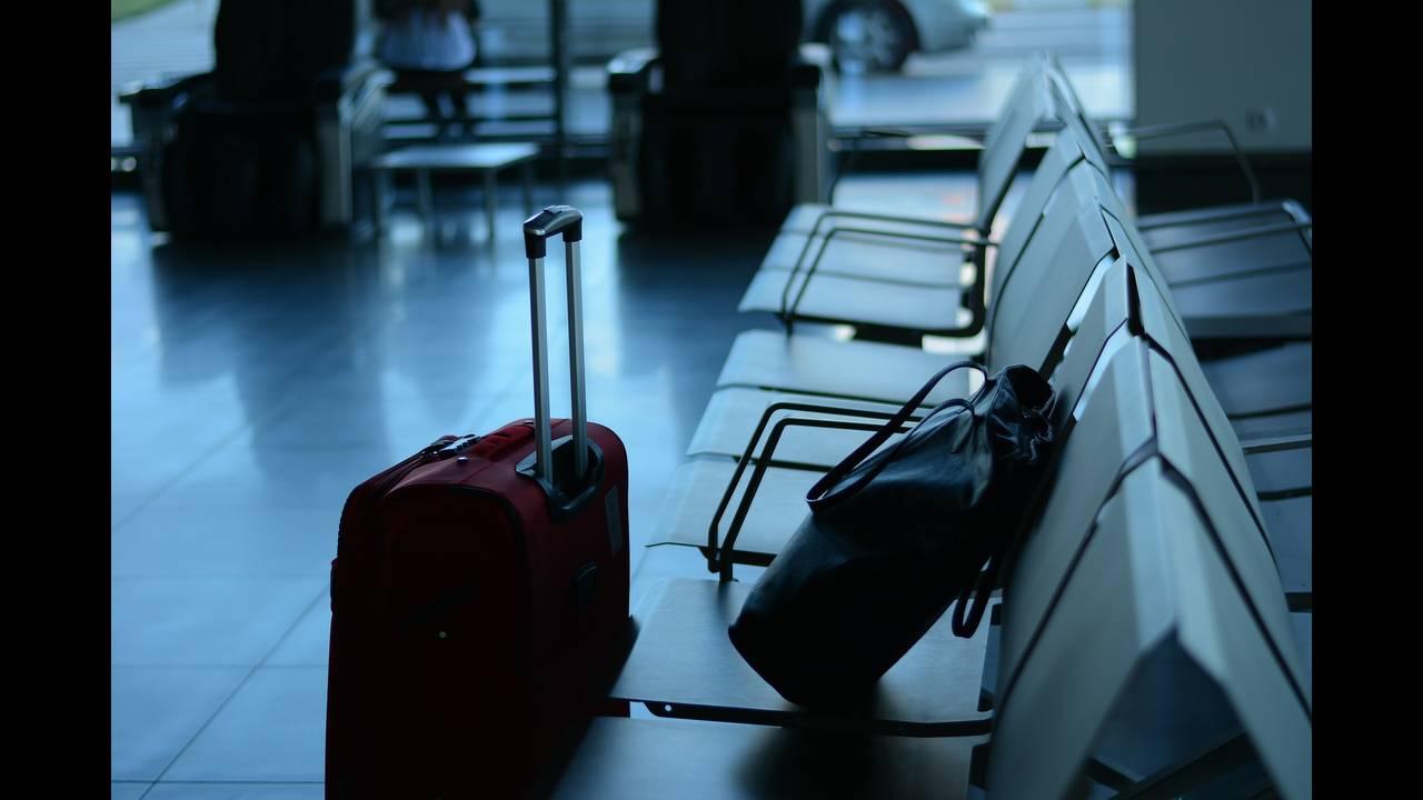 https://cdn.cnngreece.gr/media/news/2020/05/15/219432/photos/snapshot/airport-519020_1920.jpg