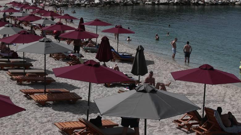 Διεθνή ΜΜΕ: Η Ελλάδα επιστρέφει στις παραλίες με αποστάσεις ασφαλείας