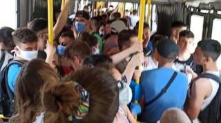 Κορωνοϊός: Η viral φωτογραφία με το λεωφορείο για την παραλία ασφυκτικά γεμάτο