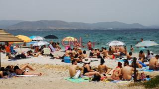 Εικόνες από... Ιούλιο: Έσπευσαν για το κυριακάτικο μπάνιο τους οι Αθηναίοι