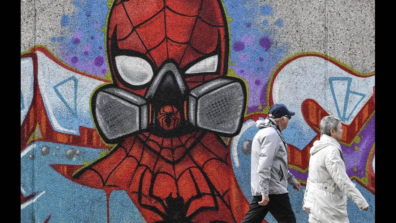 https://cdn.cnngreece.gr/media/news/2020/05/17/219660/photos/snapshot/graffiti_coronavirus-10.jpg