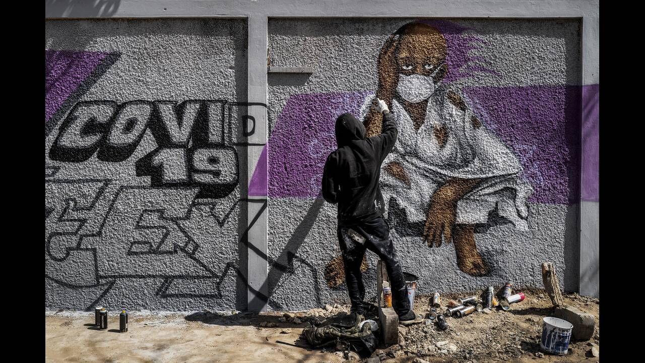 https://cdn.cnngreece.gr/media/news/2020/05/17/219660/photos/snapshot/graffiti_coronavirus-3.jpg