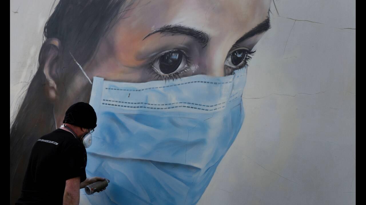 https://cdn.cnngreece.gr/media/news/2020/05/17/219660/photos/snapshot/graffiti_coronavirus-5.jpg