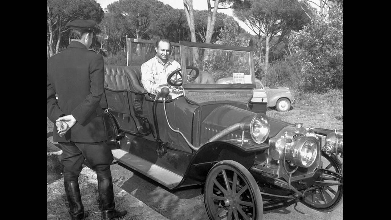 1953, Μιλάνο. Ο Αργεντινός οδηγός Χουάν Μανουέλ Φάνγκιο, που οδηγεί για τη Maserati, στο τιμόνι της πρώτης Alfa Romeo, η οποία κατασκευάστηκε το 1912.