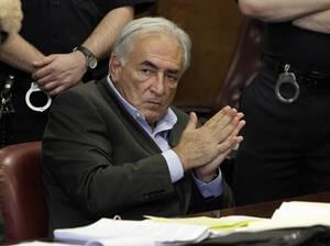 2011, Νέα Υόρκη. Ο πρώην πρόεδρος του Διεθνούς Νομισματικού Ταμείου, Ντομινίκ Στρος Καν, ακούσει την απόφαση του δικαστή να θέσει την εγγύηση στο ποσό του ενός εκατομμυρίου δολαρίων. Ο Στρος Καν κατηγορείται για βιασμό.