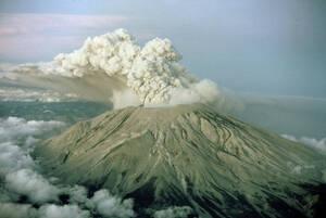 1980, Όρος της Αγίας Ελένης. Το ηφαίστειο του όρους της Αγίας Ελένης κατά τη διάρκεια της έκρηξής του.