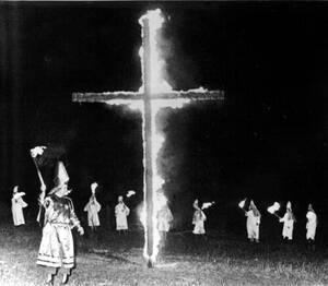 1965, Μισσισίπι. Περισσότερα από 1000 μέλη της Κου Κλουξ Κλαν παίρνουν μέρος σε συγκέντρωση, με σκοπό την ενίσχυση της οργάνωσης.