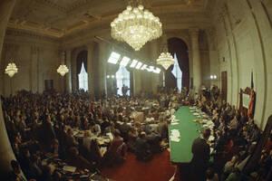 1973, Ουάσινγκτον. Ξεκινούν οι ακροάσεις της Αμερικανικής Γερουσίας για την πολύκροτη υπόθεση Γουότεργκεϊτ.