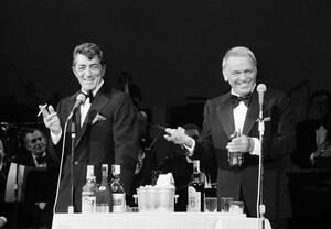1977, Νέα Υόρκη. Ο Φρανκ Σινάτρα και ο Ντιν Μάρτιν στη σκηνή του θεάτρου Westchester, στην πρεμιέρα παράστασης στην οποία συμπρωταγωνιστούν.