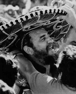 1979, Μεξικό. Ο πρόεδρος της Κούβας, Φιντέλ Κάστρο φοράει ένα μεξικάνιικο σομπρέρο, καθώς χαιρετά τα πλήθη σε επίσημη επίσκεψή του στο Μεξικό.