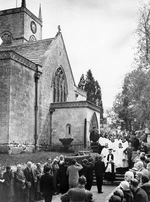 1935, Μόρετον, Αγγλία. Ο Λόρενς της Αραβίας, Τ.Ε. Σό, θάφτηκε ήσυχα και απλά, όπως ο ίδιος το επιθυμούσε. Την κηδεία του παρακολούθησαν ελάχιστοι πολύ κοντινοί του άνθρωποι.