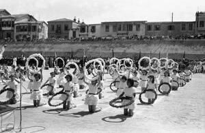 1959, Λευκωσία. Μαθήτριες ενός τουρκοκυπριακού σχολείου στη Λευκωσία, χορεύουν έναν παραδοσιακό χορό, κατά τη διάρκεια των εορτασμών του Φεστιβάλ της τουρκικής νεολαίας στη Λευκωσία.