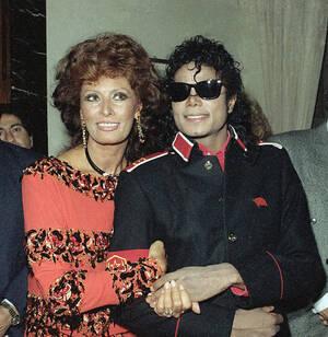 1988, Ρώμη. Ο Μάικλ Τζάκσον και η Σοφία Λόρεν σε πάρτι στην αμερικανική πρεσβεία στη Ρώμη.