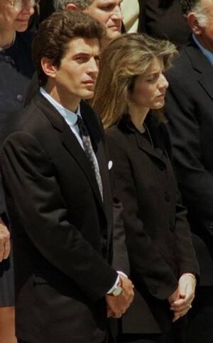 1994, Άρλινγκτον, Βιρτζίνια. Ο Τζον Κένεντι Jr. και η αδελφή του Καρολάιν, στην κηδεία της Τζάκι Κένεντι-Ωνάση.