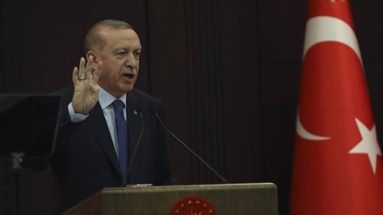 Ο Ερντογάν υπόσχεται να τιμωρήσει όσους «βγάζουν» δολάρια έξω από την Τουρκία